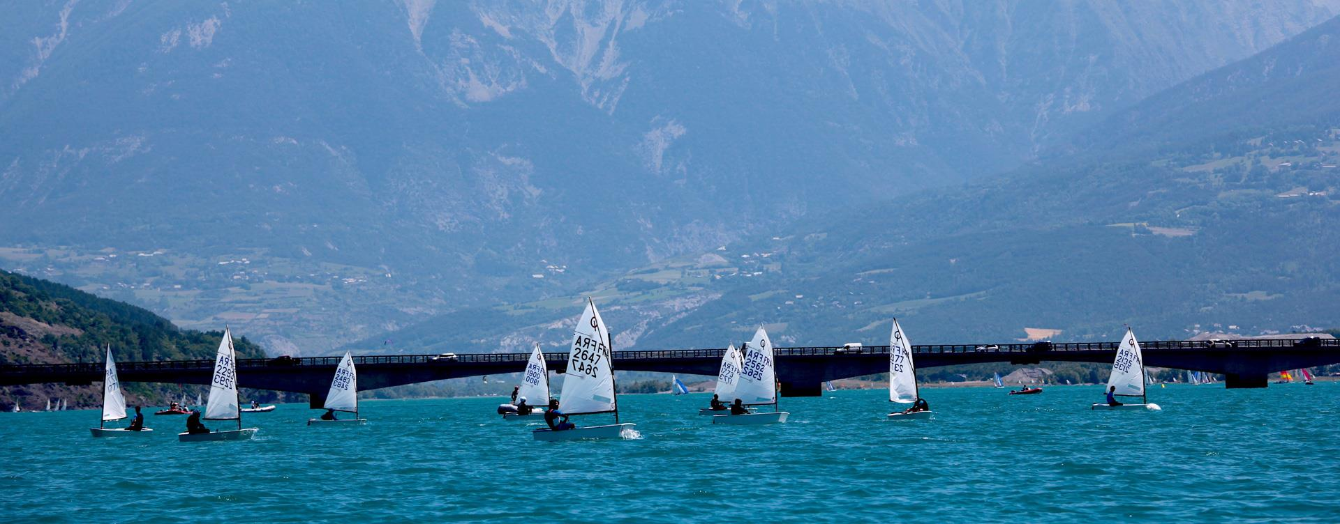 Sailing ont the Serre-Ponçon Lake in the Hautes-Alpes: Camping Le Roustou