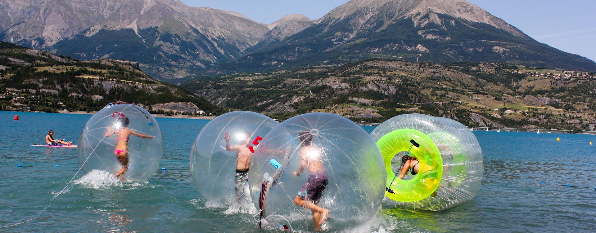 Water games on the Serre-Ponçon Lake: Camping le Roustou in the Hautes-Alpes